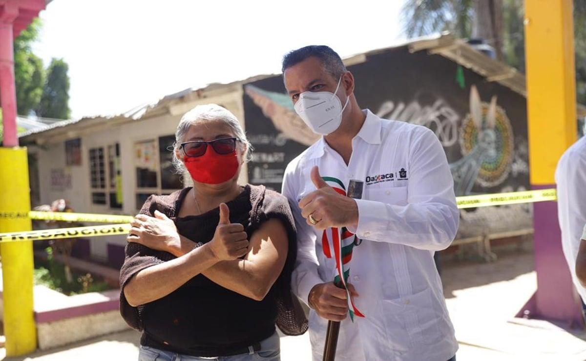 """""""Veo a los adultos mayores muy contentos"""", dice Murat al supervisar vacunación contra Covid en Oaxaca"""