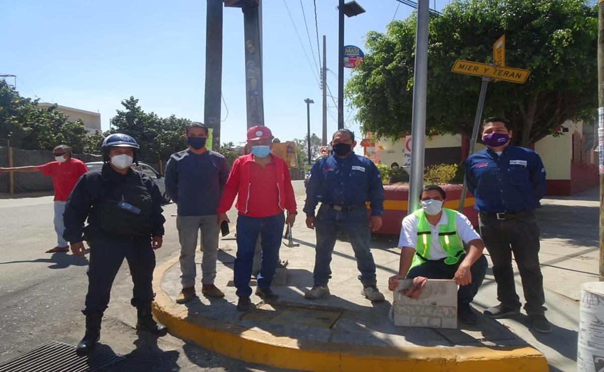 """Colocan ciudadanos tapas en alcantarillas dañadas de la ciudad de Oaxaca como parte del """"Tapatón"""""""