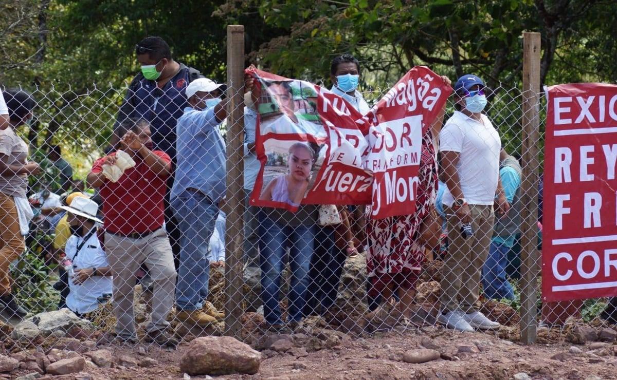 """¡Queremos entrar!"": En Valle Nacional rompen filtro de seguridad para protestar contra edil en evento de AMLO"