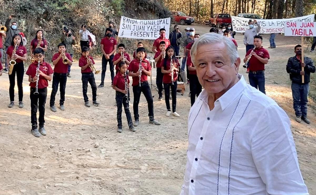 Con banda de música, niños de Yagila reciben a AMLO en su gira por Oaxaca; piden pavimentación