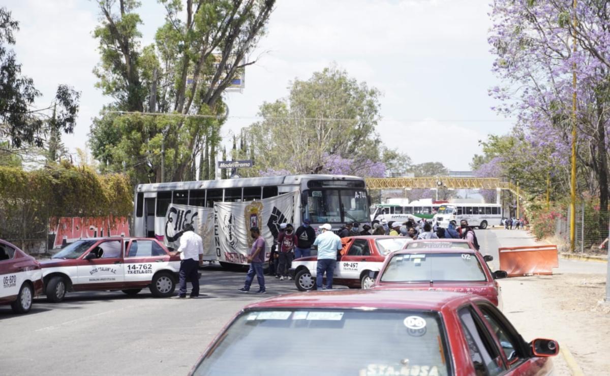 Con bloqueo carretero protestan normalistas de Oaxaca; gobierno estatal asegura que ha contratado a mil 329 egresados