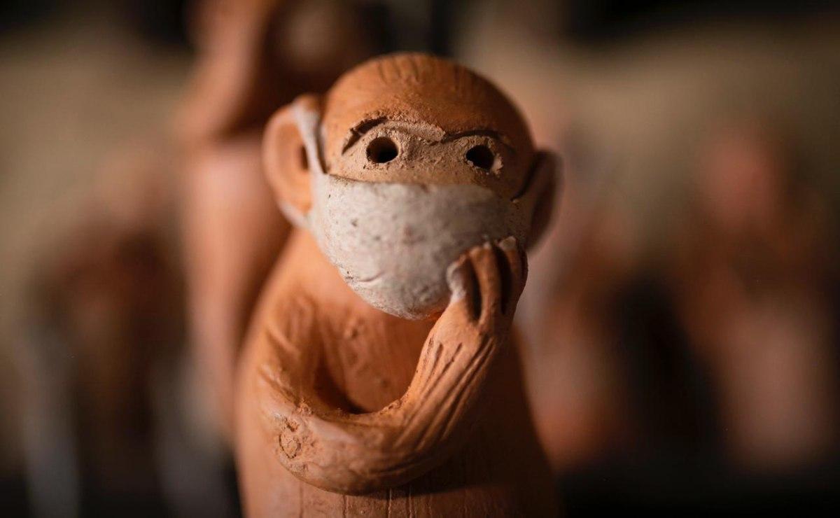 Barro naranja de Tavehua: En Oaxaca, artesanías y changuitos también usan cubrebocas