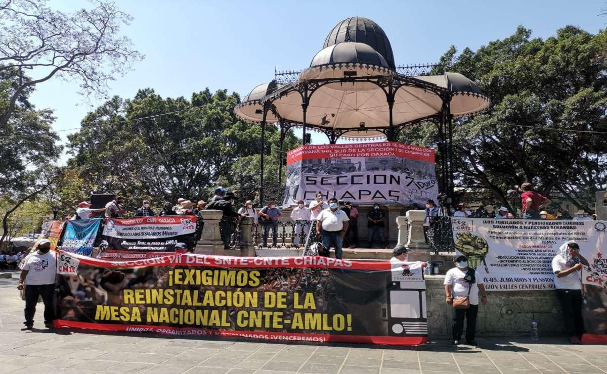 Marcha Sección 22 en Oaxaca en apoyo a Caravana del Sur de Chiapas; avanzan hacia la CDMX