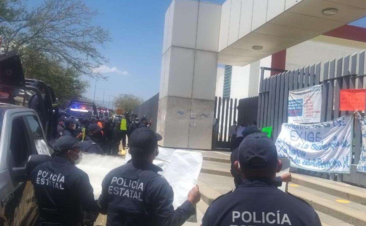 Protestan policías estatales frente al Congreso de Oaxaca; exigen atender aumento salarial de 100%