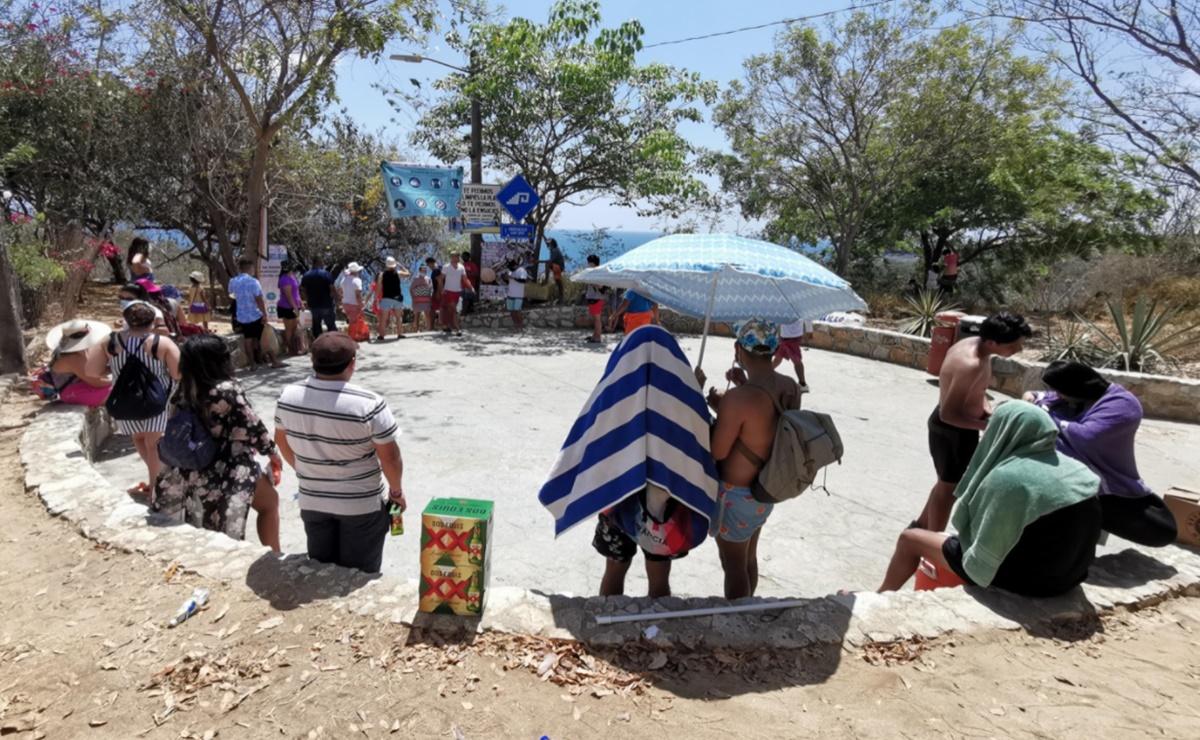 Turistas hacen hasta fila para acceder a playas de Oaxaca por límite de aforo; medidas sanitarias, las ausentes