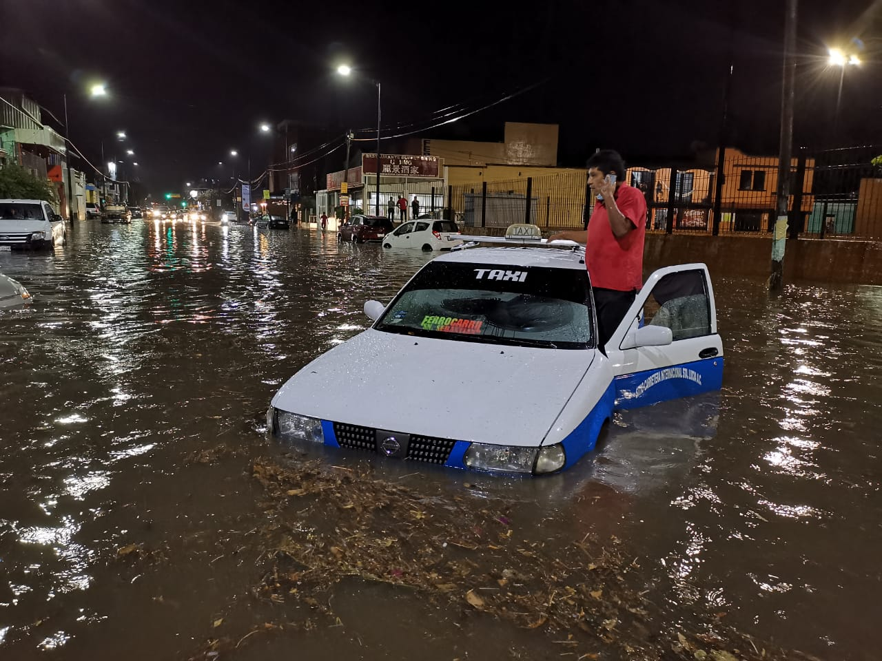 Fuertes lluvias pegan a tres regiones de Oaxaca; autos quedan varados en Santa Lucía del Camino