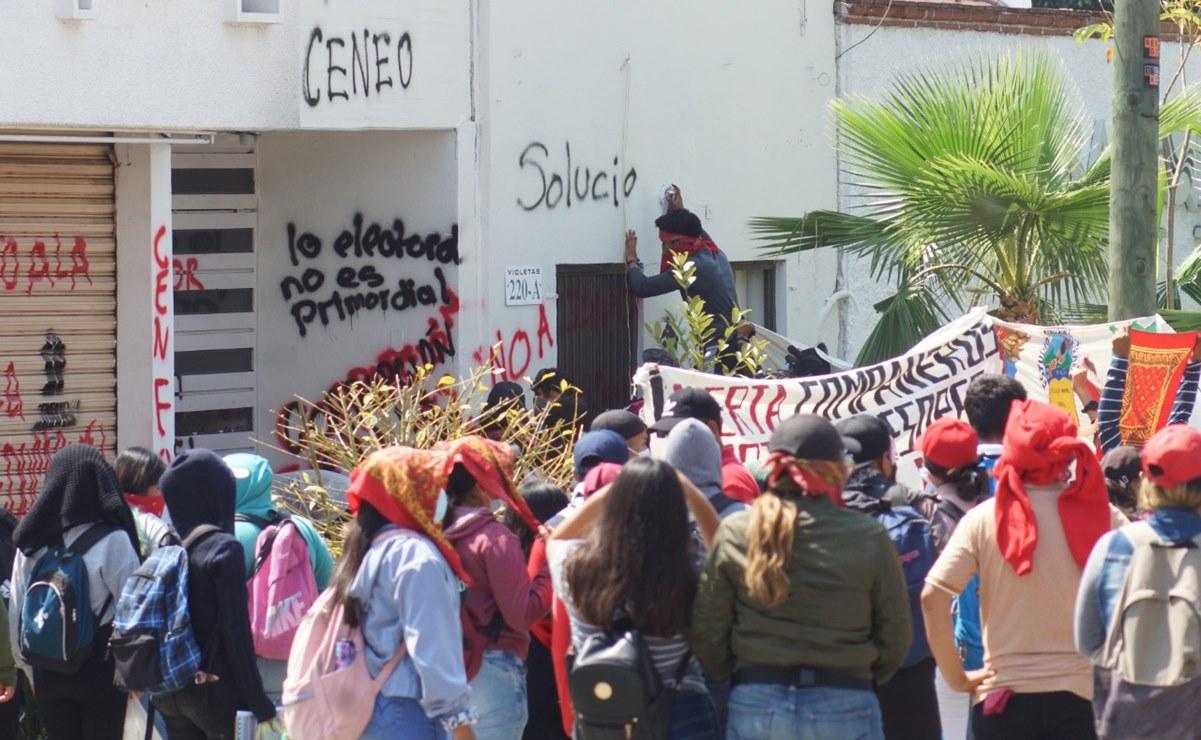 Protestan normalistas de Oaxaca con pintas y quema de mobiliario en oficinas del IEEPO