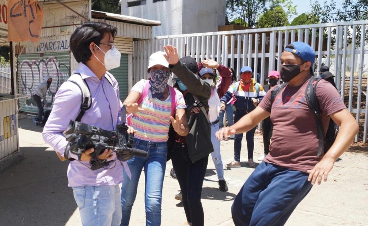 Normalistas de Oaxaca agreden a periodistas y medios de comunicación que cubrían protestas