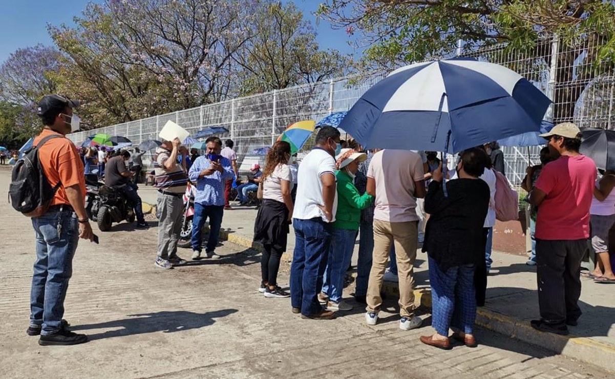 Desde dos días antes y bajo el sol, adultos mayores de Oaxaca se forman para segunda dosis anti Covid-19