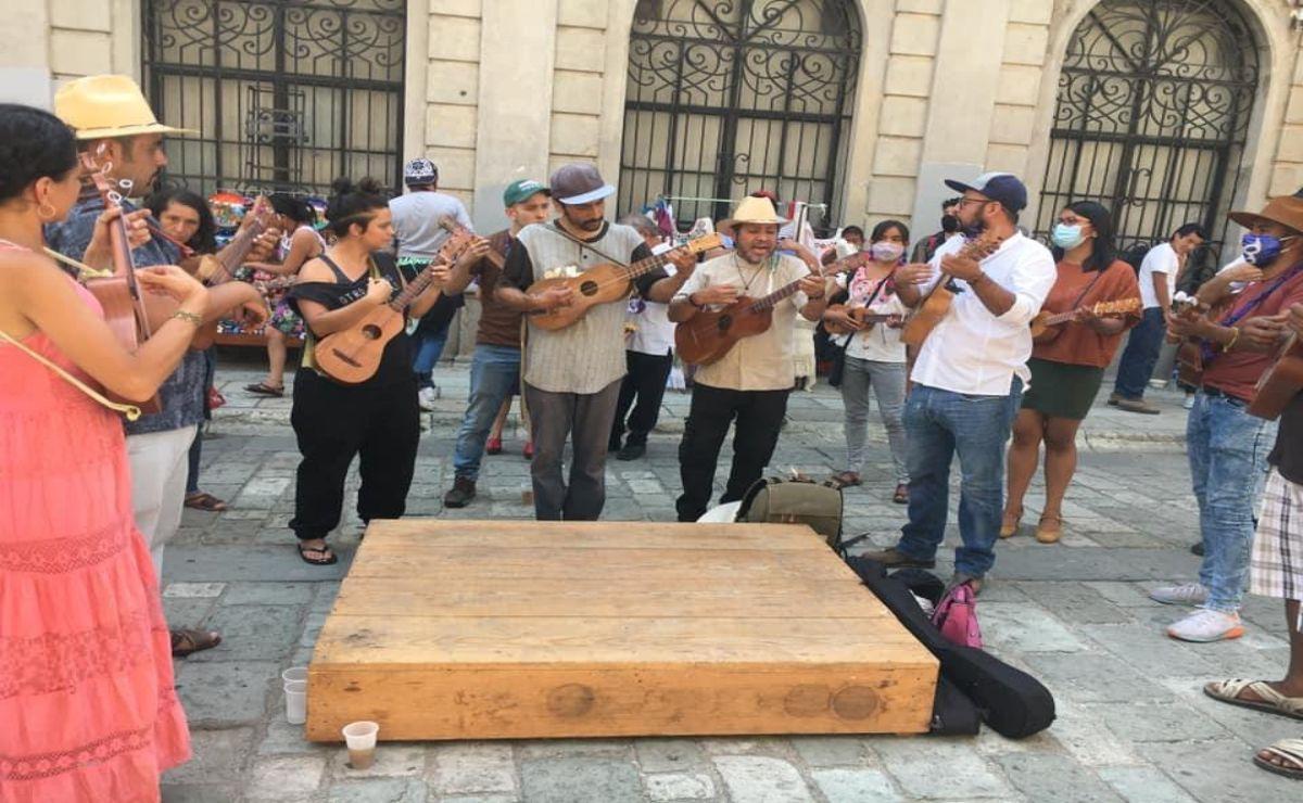 Con fandango exigen pago de un año de salarios a empleados del Museo de Arte Contemporáneo de Oaxaca