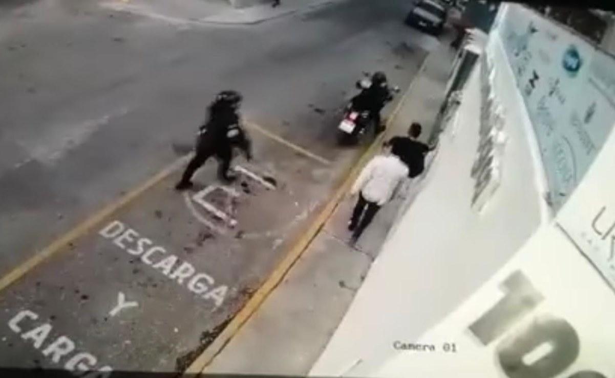 Dos policías de la capital de Oaxaca disparan contra jóvenes de una herrería; fue una riña, dice municipio