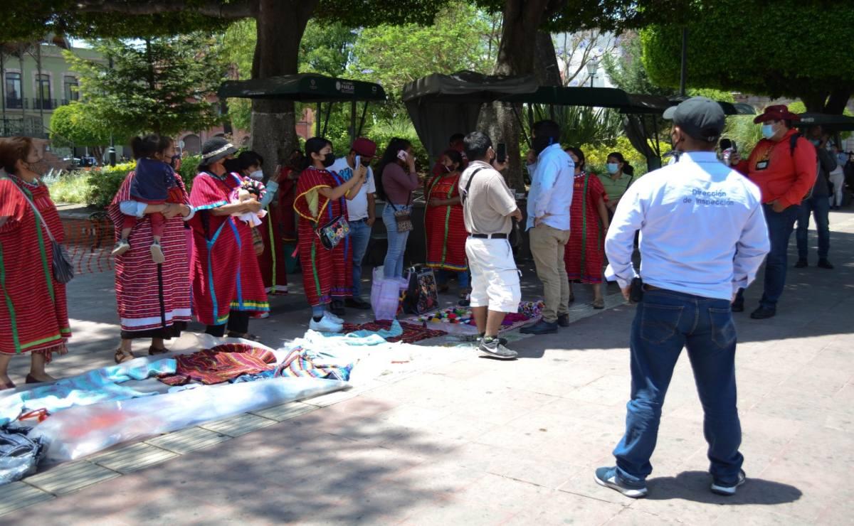 """Ayuntamiento de Querétaro confirma """"aseguramiento de mercancía"""" a artesanos triquis de Oaxaca desalojados; niega robo"""