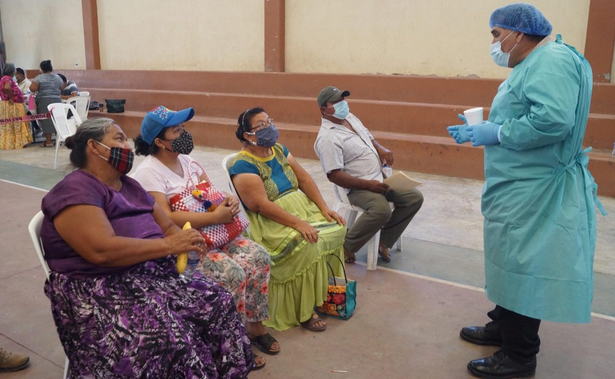 Con indicaciones en zapoteco, el Istmo da ejemplo a Oaxaca de orden en vacunación antiCovid-19