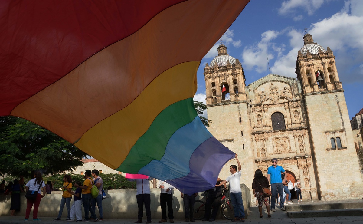 Tras denunciar homofobia, joven despedido de farmacia de Oaxaca ha sido víctima de intimidación, acusa
