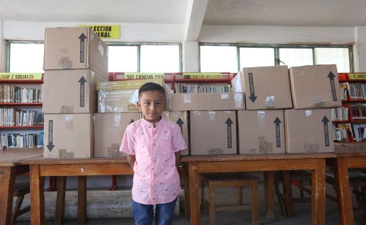 Niño ikoots de Oaxaca dona a su primaria 50 mil pesos en libros, tras ganar premio de creación literaria
