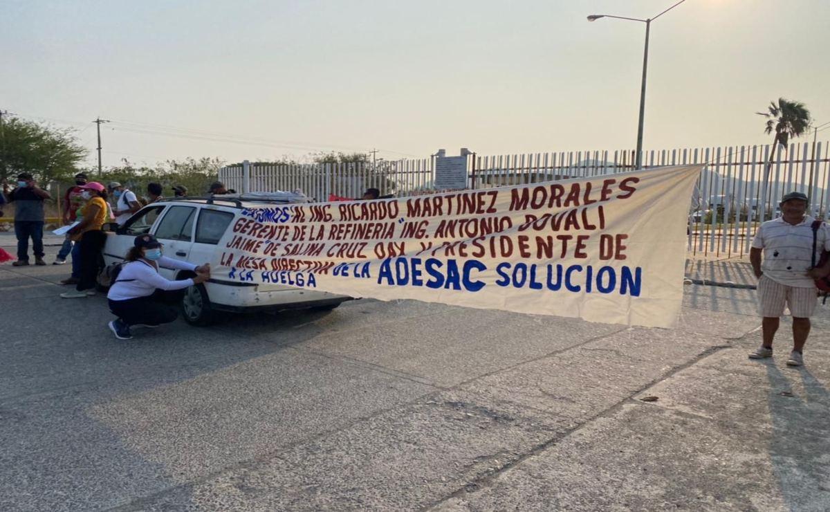 Huelguistas despedidos exigen pago de salarios caídos con protesta en refinería de Salina Cruz