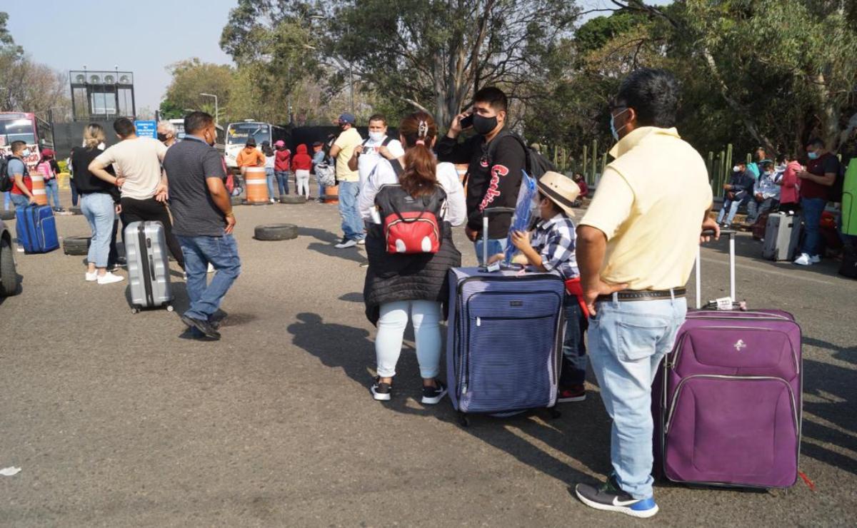 Impotencia de turistas y 36 vuelos cancelados, saldo preliminar por bloqueo al aeropuerto de Oaxaca