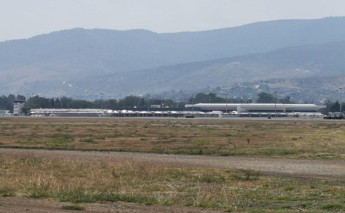 Tras reunión de 9 horas, avanza negociación con normalistas para liberar aeropuerto de Oaxaca