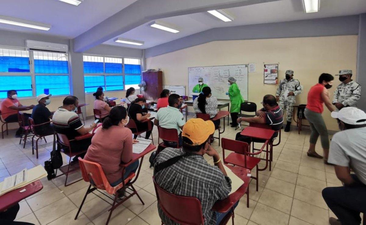 Maestros de Oaxaca vuelven a las aulas en el Istmo...para recibir vacuna antiCovid; ven lejanas clases presenciales