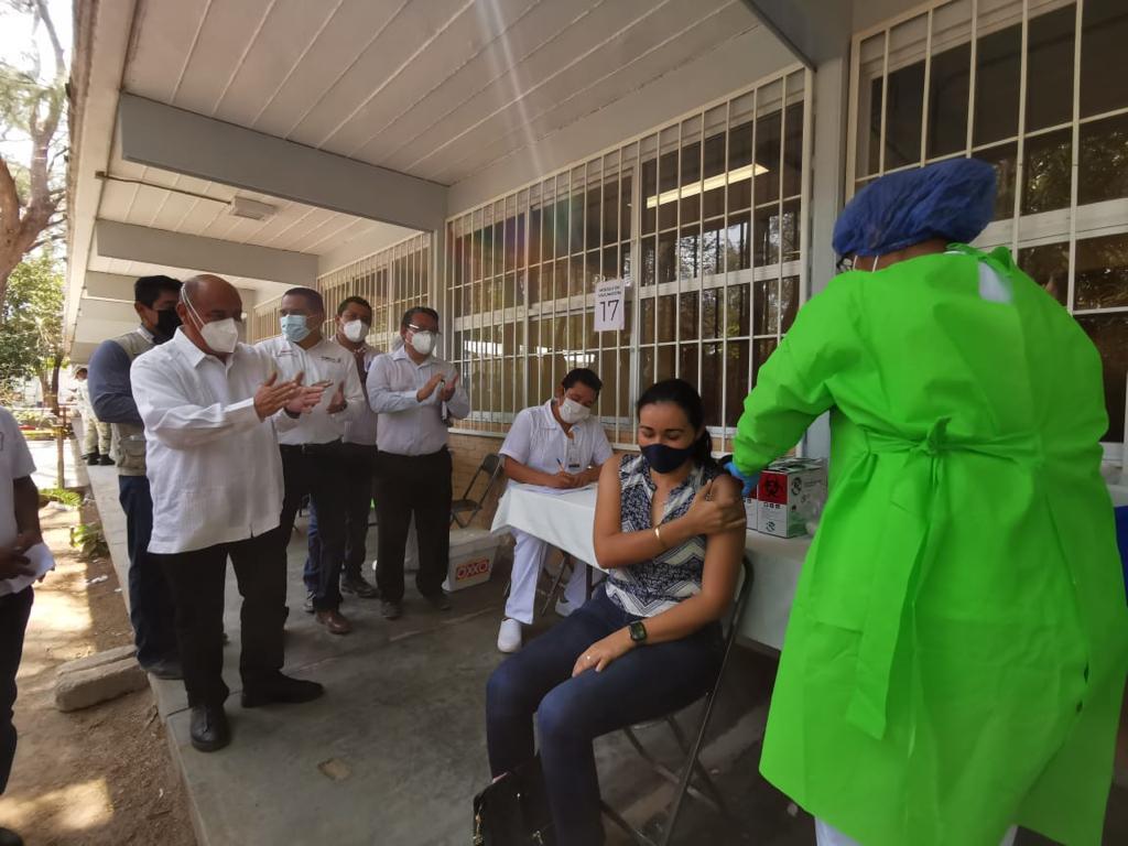 Han vacunado contra Covid-19 a más de 70 mil trabajadores de la educación en Oaxaca: IEEPO
