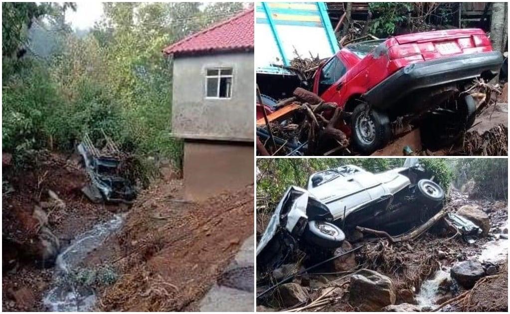 Lluvias en Oaxaca desbordan arroyo en Clavellinas, Zimatlán, y arrastra a seis vehículos
