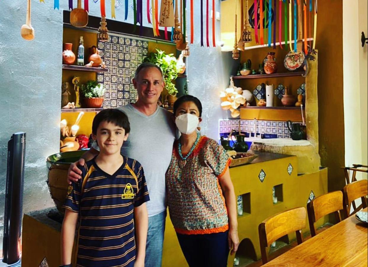López-Gatell, enamorado de Oaxaca; captan a subsecretario de Salud en restaurante de la capital