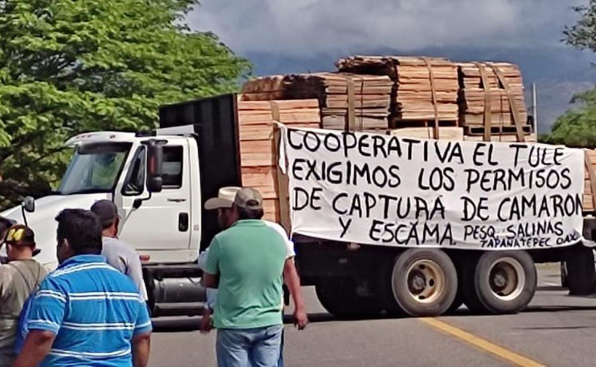 Pescadores del Istmo impiden paso de Oaxaca a Chiapas; piden permisos para captura de camarón