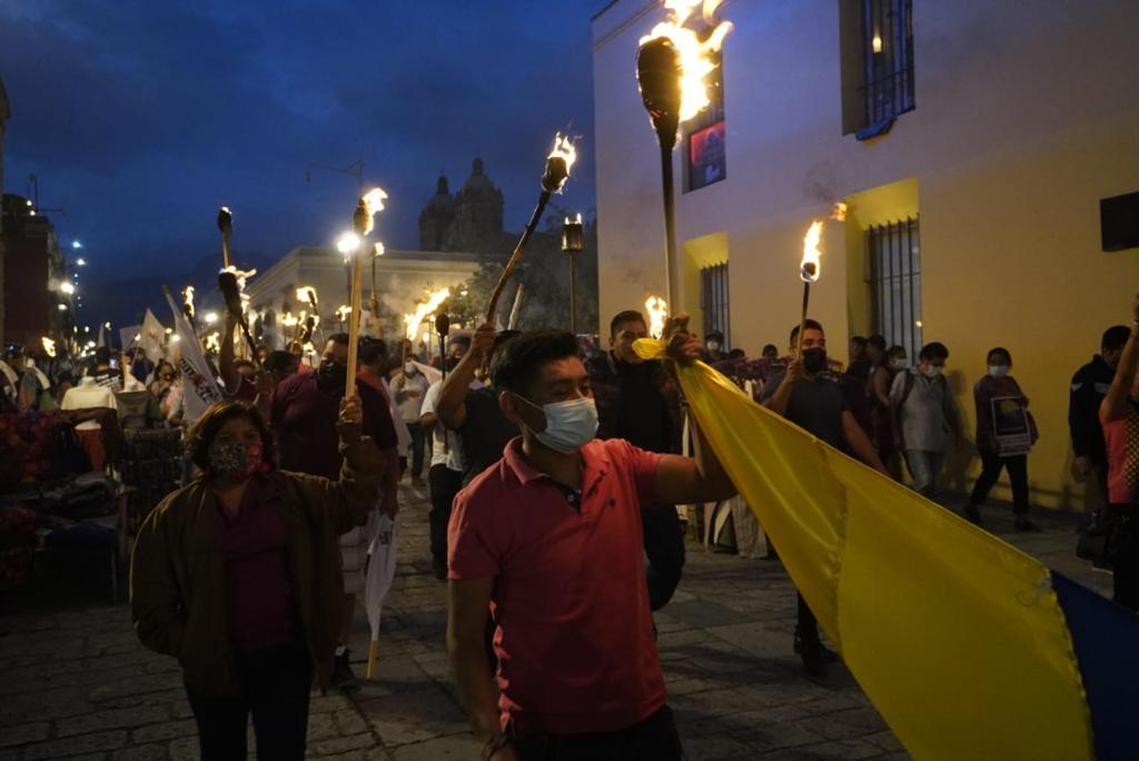 Con antorchas ardiendo exigen desde Oaxaca cese a ejecuciones y detenciones arbitrarias en Colombia