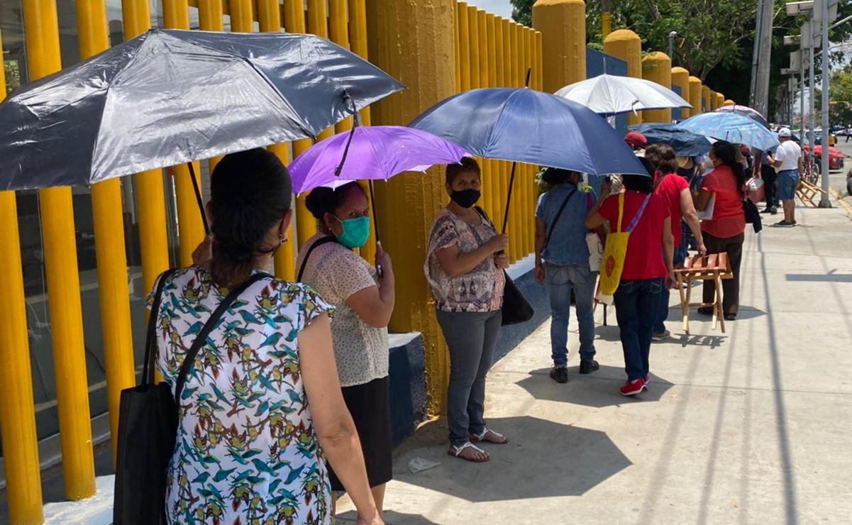 """""""Es un desastre, prefiero volver cuando no haya fila y busquen gente para vacunar"""", dicen adultos de Oaxaca"""
