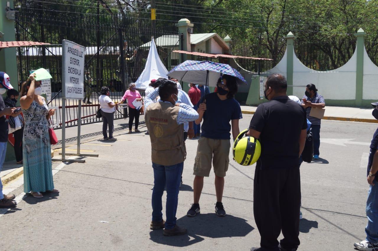 Personas que esperaron a que no hubiera filas se quedan sin dosis antiCovid-19 en Oaxaca capital