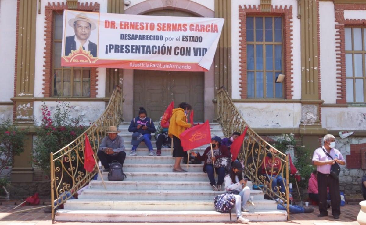 Sol Rojo toma oficinas de la Fiscalía de Oaxaca, a 3 años de desaparición de Ernesto Sernas