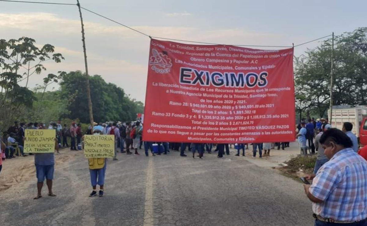 Para exigir liberación de recursos federales, habitantes del Bajo Mixe bloquean paso entre regiones Istmo y Cuenca de Oaxaca