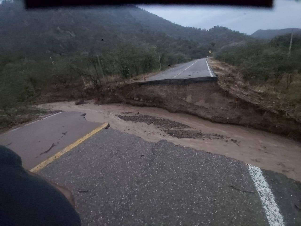 Deslave por fuertes lluvias deja cerrada carretera federal que comunica la capital de Oaxaca con el Istmo