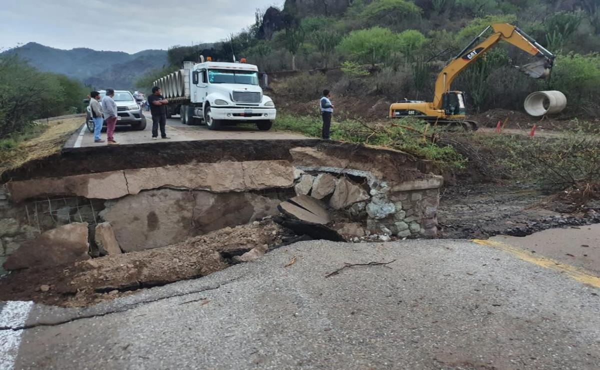 Trabajan para liberar carretera federal destruida por las lluvias en Oaxaca; comunica la capital con el Istmo
