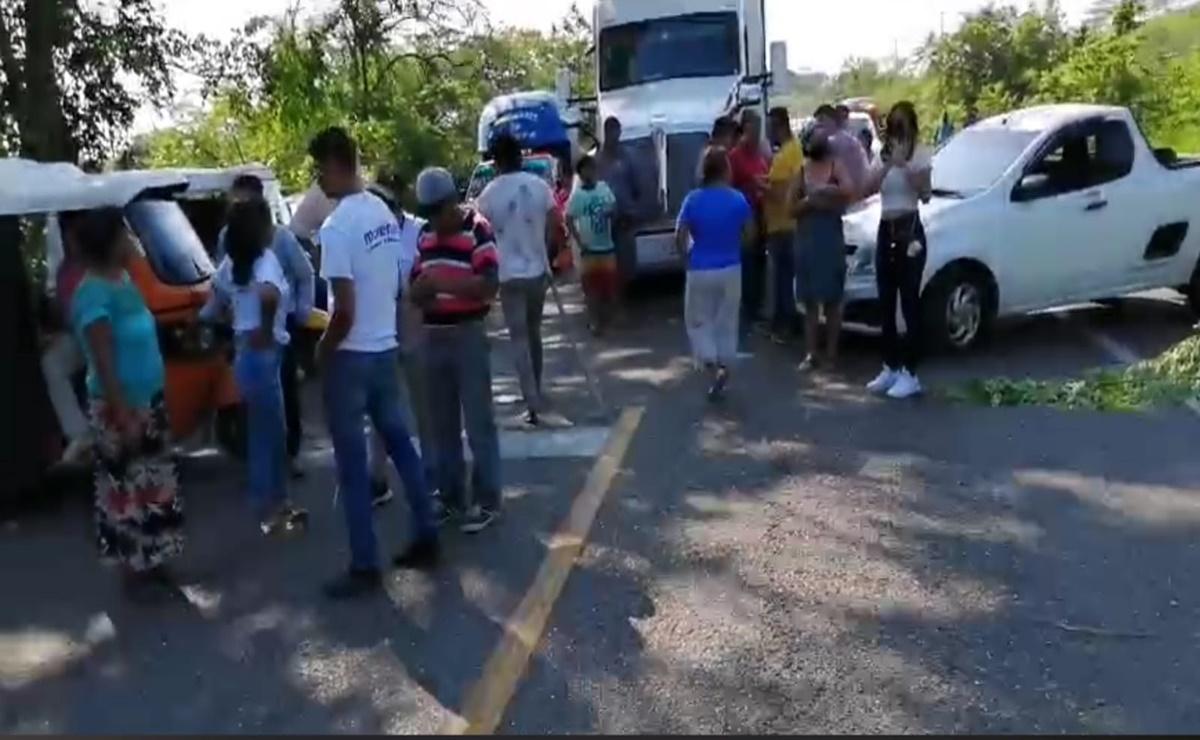 Bloquean la carretera Transístmica para exigir que recluso del Cereso de Tehuantepec no sea trasladado