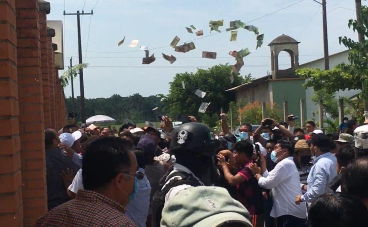 Golpean a mujeres en Tuxtepec, Oaxaca, por presunta compra de voto; dinero sale volando por los aires