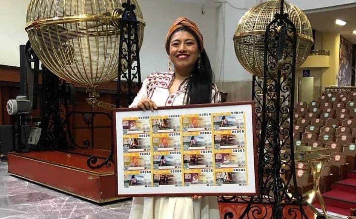 Devela soprano María Reyna un billete del Sorteo Mayor de la Lotería dedicado a la lengua ayuujk