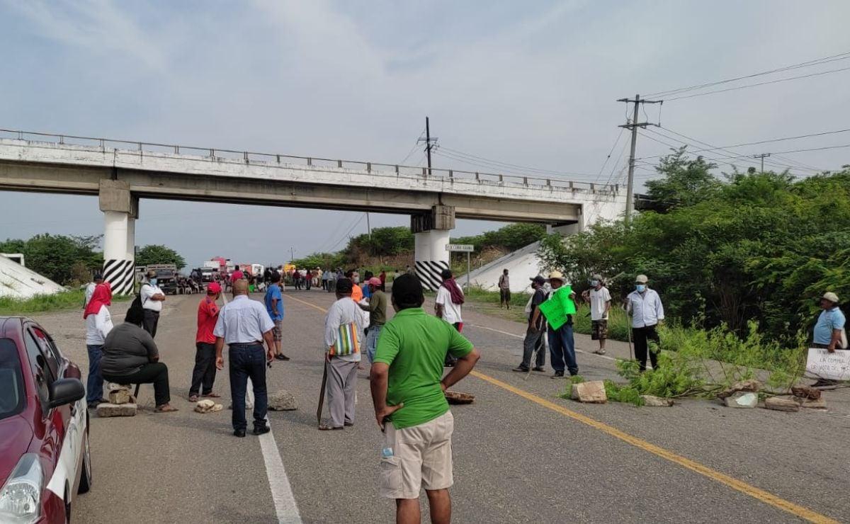 Con bloqueo, mujeres de Juchitán exigen por segundo día liberación de 10 detenidos tras quema de casillas en Xadani
