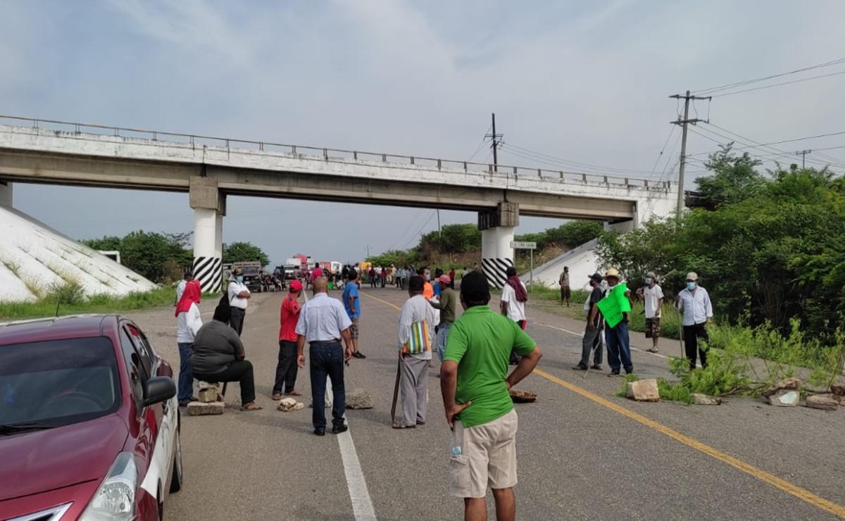 Inconformes con elecciones en San Dionisio del Mar, en el Istmo de Oaxaca, bloquean la carretera Panamericana