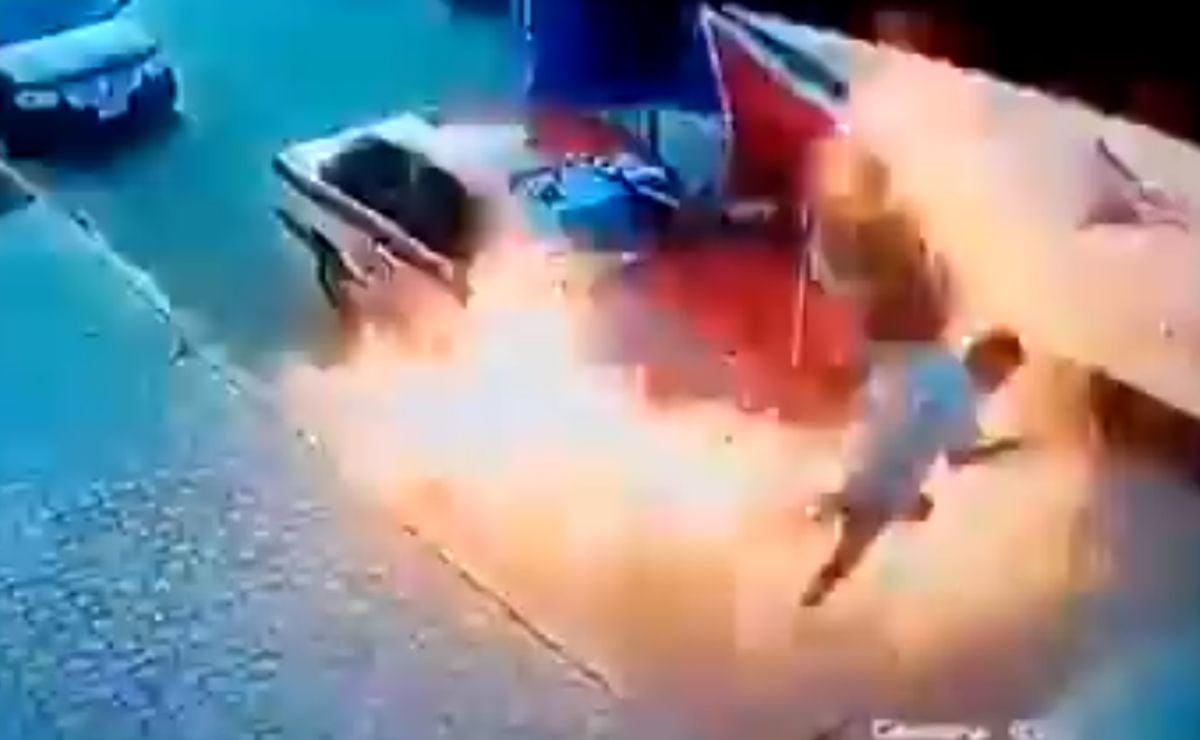 Taxi se incendia en Xoxocotlán, Oaxaca; pasajeras logran escapar