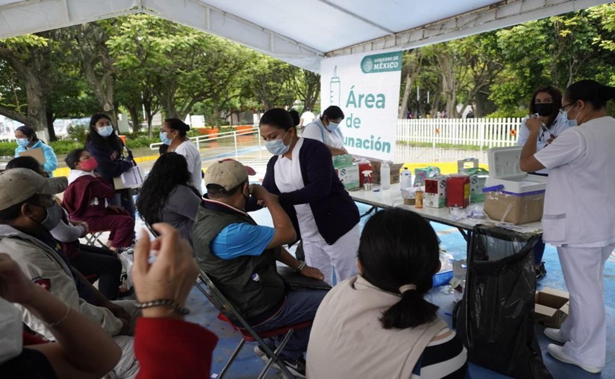 Bajo la lluvia, cientos esperan para poder recibir la vacuna antiCovid-19 en la capital de Oaxaca
