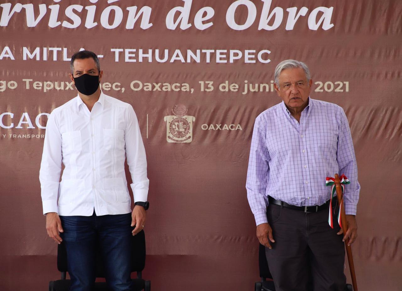 Murat y Obrador supervisan construcción de carretera Mitla-Tehuantepec, en Oaxaca