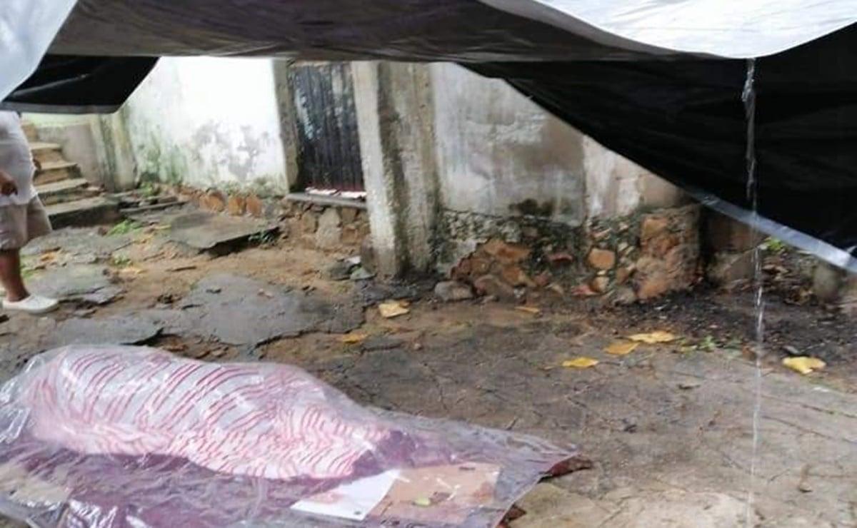 Auxilian a hombre de 70 años en situación de calle en Salina Cruz, Oaxaca; se protegía  de la lluvia bajo lonas