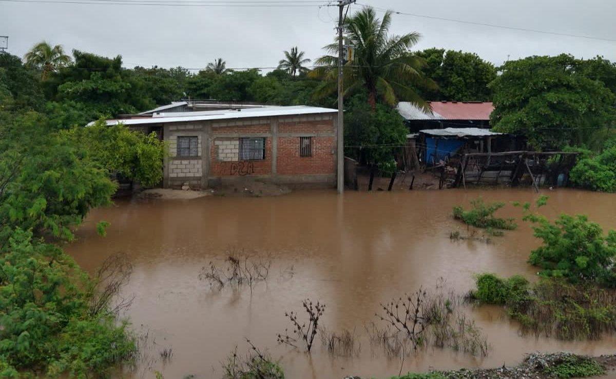 Van 15 colonias inundadas en Ixtepec, Oaxaca, y 300 familias afectadas por fuertes lluvias