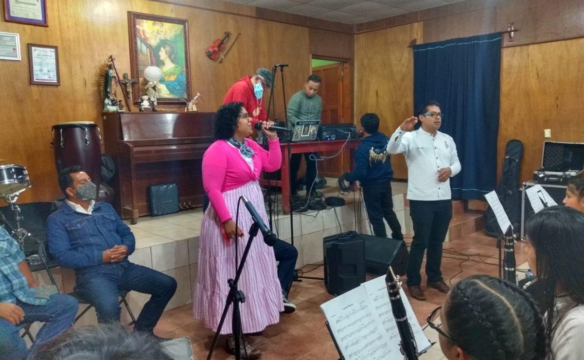 La Santa Cecilia llega a Oaxaca para grabar una canción con la Banda Filarmónica de Ayutla Mixe