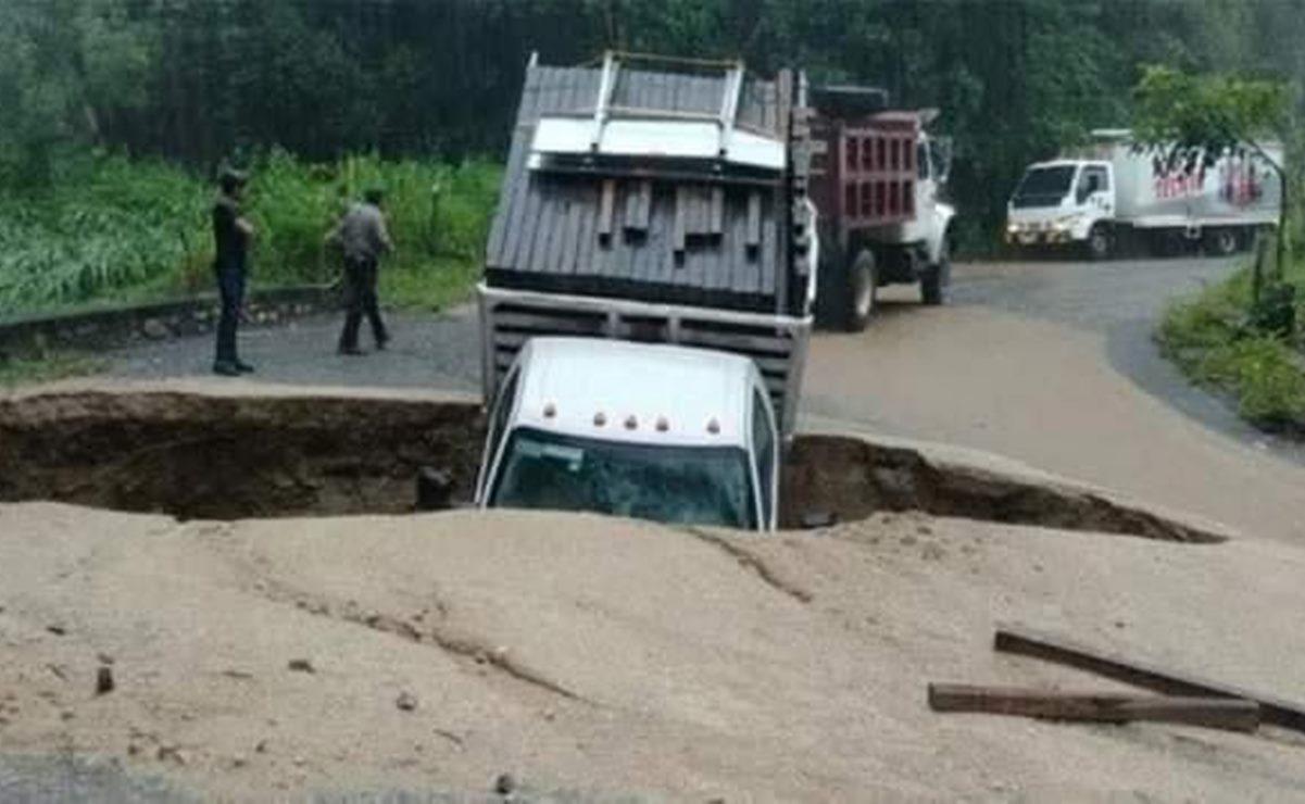¿Un socavón se tragó una camioneta en una carretera de Oaxaca?; esto dicen las autoridades