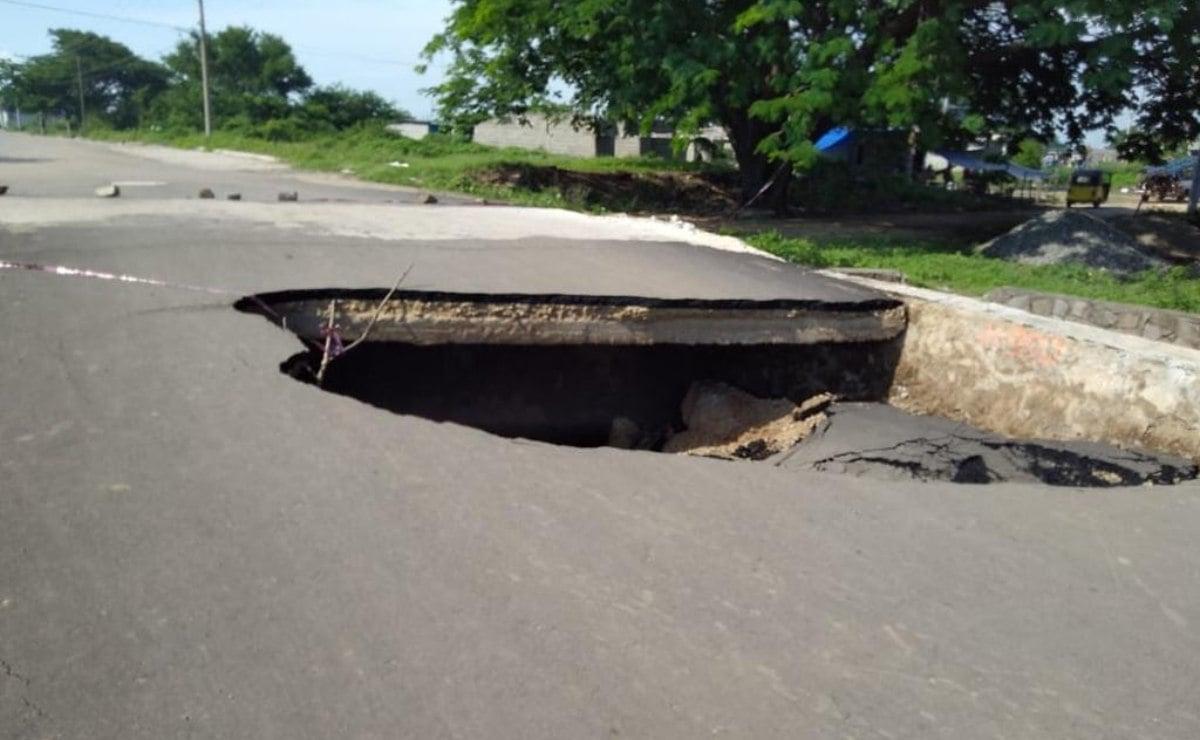 Lluvias en Juchitán, Oaxaca, provocan colapso de drenaje y tres socavones en carreteras