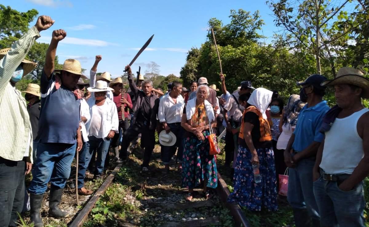 Campesinos ayuujk de Oaxaca, con machetes en mano, expulsan de sus tierras a trabajadores del Tren Transístmico