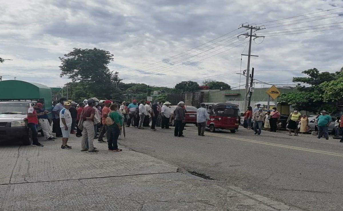 Con bloqueo carretero, 11 comunidades del Istmo exigen mesa nacional por cobros excesivos de CFE