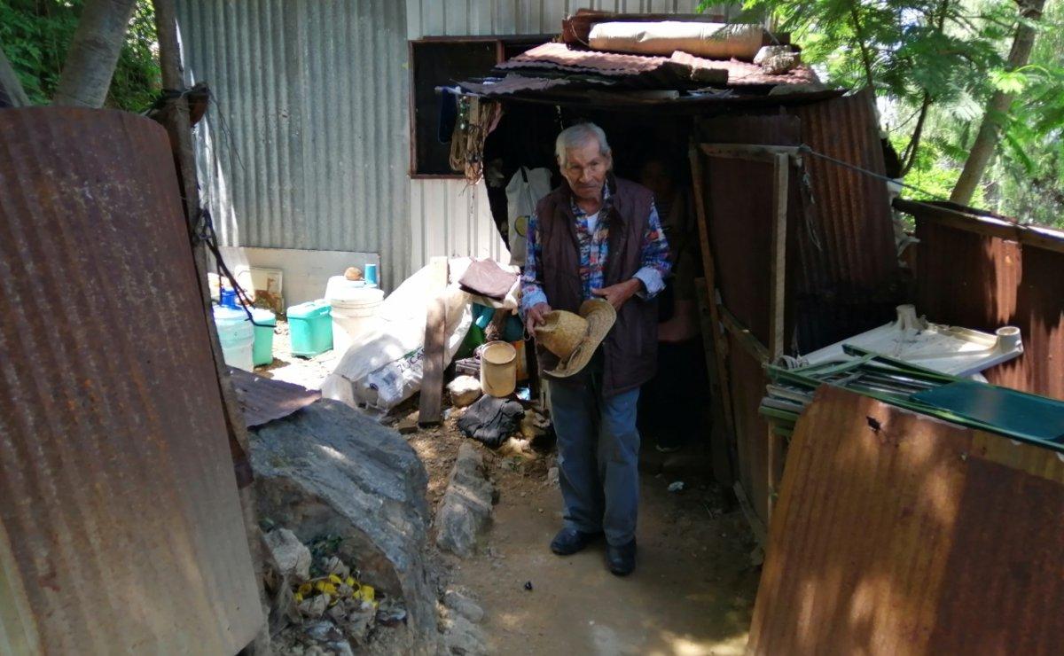 En Los Ángeles, una colonia irregular de Oaxaca, es tanto el abandono que no hay ni lugar para sus muertos